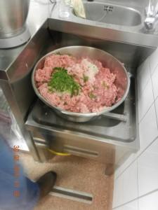 Fleisch, Speck und Gewürze zusammen in einer Schüssel