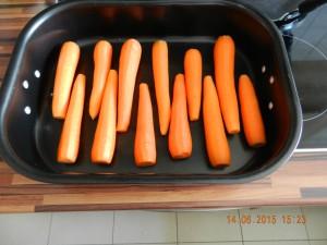 Möhren vorbereitet um Porchetta drauf zu legen