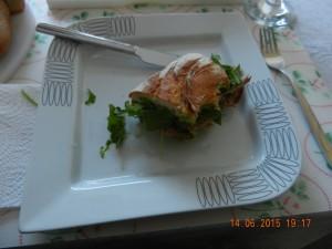 Porchetta mit Rucola und Salsa Verde im Brötchen